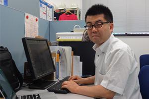 パソコンに向かって仕事をしている富樫智章研究員